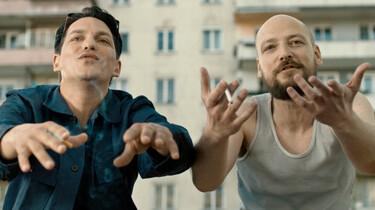 Szenenbild: Benny und Marka in redseliger Pose und halbnaher Einstellung