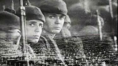 Junge Soldaten. Das Bild wird überlagert durch einen Soldatenfriedhof.