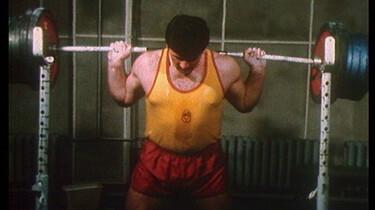 Szenenbild: Ein Sportler beim Gewichte heben