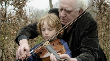 Szenenbild: Finn und Luuk beim Geige spielen
