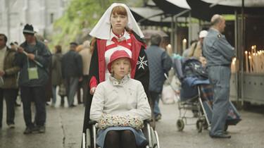 Szenenbild:  Christine, die aufgrund einer Erkrankung an Multipler Sklerose an den Rollstuhl gefesselt ist, wird von einer Nonne geschoben