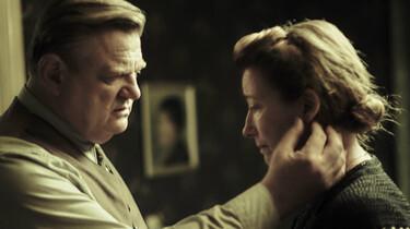 Szenenbild: Brendan Gleeson als Otto Quangel fasst seiner Frau Anna (Emma Thompson) zärtlich an den Hals
