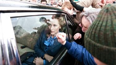 Szenenbild: Meryl Streep als Maggi Thatcher im Fond eines Autos inmitten einer wütenden Menschenmenge