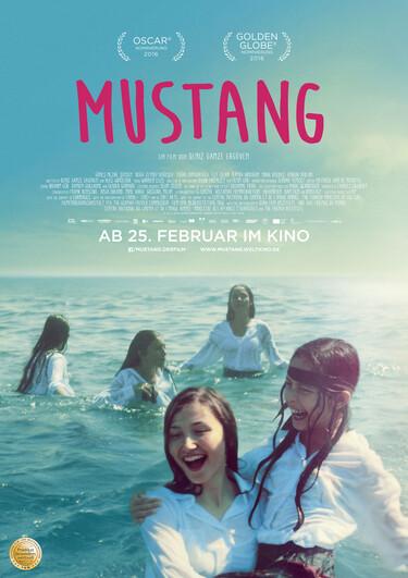 Auf dem Filmplakat sind fünf Mädchen in weißen Oberteilen abgebildet, die lachend im Meer baden.