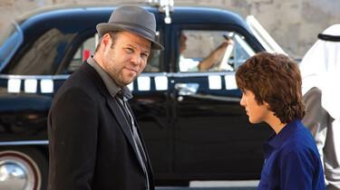 Szenenbild: Junge und Mann vor schwarzem Auto