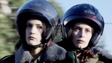 Szenenbild: die beiden Frauen mit Motorradhelmen