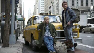 Szenenbild: Tom und Veit vor einem gelben Auto