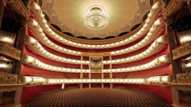Szenenbild: Der Zuschauerraum der Bayerischen Staatsoper von der Bühne aus gesehen