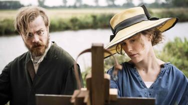 Szenenbild: Paula und Otto Modersohn hinter einer Staffelei im Freien, im Hintergrund der Fluss Hamme