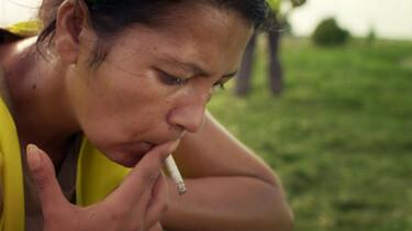 Szenenbild: Junge beim Rauchen auf einer Wiese