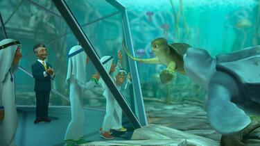 Szenenbild: Sammy in einem begehbaren Aquarium wird von Männern in Scheichkleidung angeschaut