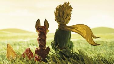 Szenenbild: Der Fuchs und der kleine Prinz sitzen auf einer Wiese