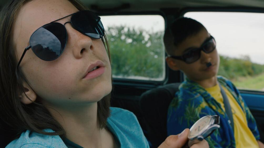 Szenenbild: Maik und Tschick im Auto, Maik vorne groß im Bild