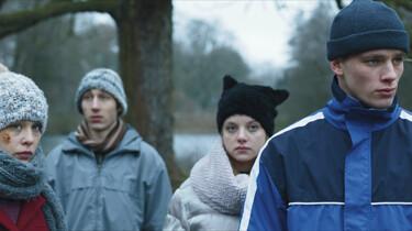 Szenenbild: die vier Jugendlichen draußen im Winterwetter