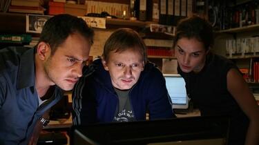 Szenenbild: Drei junge Menschen starren auf einen Bildschirm