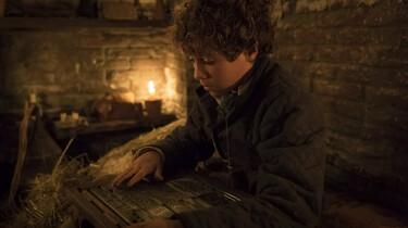 Szenenbild: Storm liest bei Kerzenschein Luthers Brief