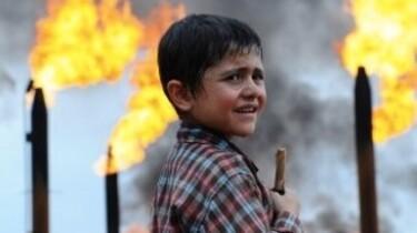 Szenenbild: Kleiner Junge vor Feuer