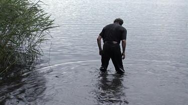 Szenenbild: Ein Mann steht im See