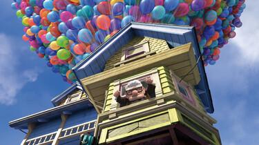 Szenenbild:  Carl Fredericksen schaut aus dem Fenster seines Hauses, das von vielen Luftballons getragen wird