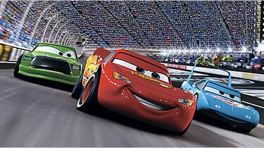 Szenenbild: Lightning McQueen im Rennen mit einem hellblauen und grünen Auto