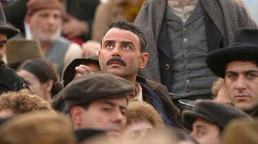 Szenenbild: ein Mann in einer Menschenmenge schaut nach oben