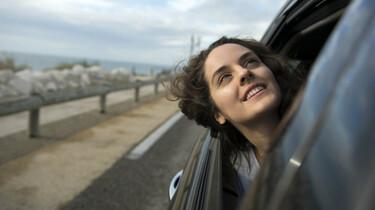 Szenenbild: Sonia steckt während einer Autofahrt ihren Kopf durchs Fenster