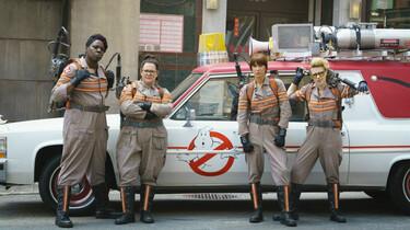 Szenenbild: Die vier Geisterjägerinnen in Arbeitskleidung vor ihrem Auto