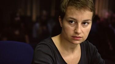 Szenenbild: Eine der Hauptdarstellerin schaut in die Kamera