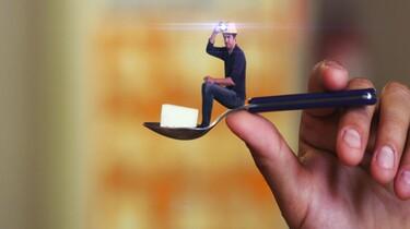 Szenenbild: Damon Gameau sitzt auf einem Teelöffel