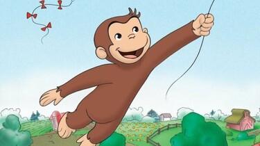 Szenenbild: Coco fliegt an einer Drachenschnur hängend durch die Luft