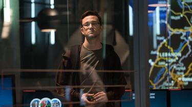 Szenenbilder: Snowden hinter einer Glasscheibe