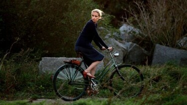 Szenenbild: Barbara auf einem Fahrrad