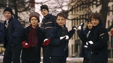 Sechs Kinder in den Startlöchern für eine Schneeballschlacht.