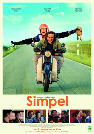 Filmplakat Simpel: Zwei Junge Männer auf einem Moped fahren auf den*die Betrachter*in zu