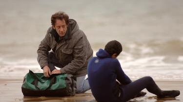 Szenenbild: Bilal, ein 17-jähriger Kurde sitzt am Strand mit einem Mann
