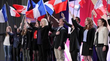 Szenenbild: Menschen mit Frankreich Flaggen auf einer Bühne