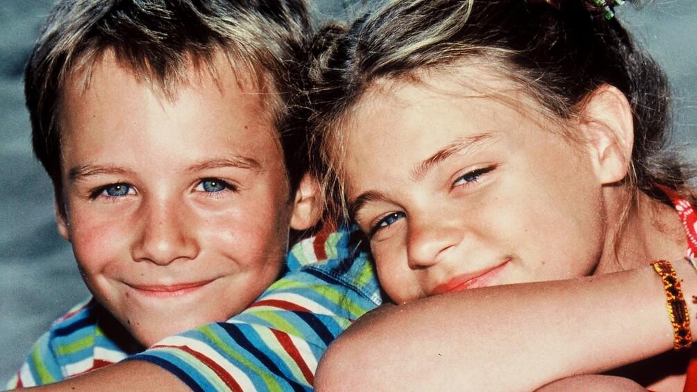 Pünktchen und Anton sitzen nebeneinander und lächeln.