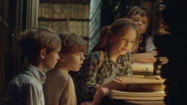 Szenenbild: Mari und ihre Freunde bei der Recherche