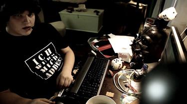 Szenenbild: Computer-Nerd Sam an seinem PC