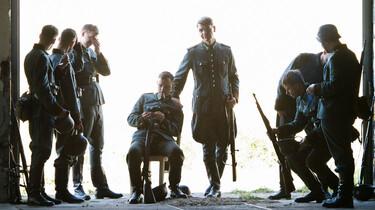 Szenenbild: Wehrmachtssoldaten vor leuchtent weißem Hintergrund