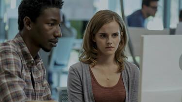 Szenenbild: Mae (Emma Watson) mit einem Arbeitskollegen am Computer
