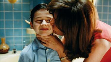Szenenbild: Mutti gibt dem kleinen Nick einen Kuss auf die Wange, er verzieht das Gesicht, die Szene spielt im Badezimmer, Nick im Schlafanzug