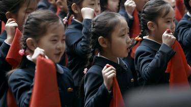 Szenenbild: Junge Pioniere mit roten Tüchern in der Hand beim Eid