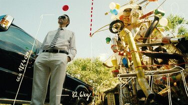 Szenenbild: Der Bürgermeister neben einem merkwürdigen Gerät