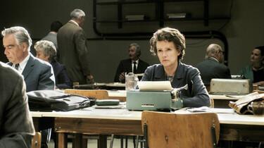 Szenenbild: Barbara Sukowa als Hannah Arendt an einem Tisch mit Schreibmaschine