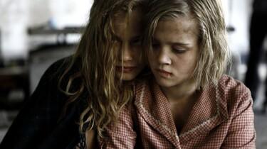 Szenenbild: Lore und ihre kleine Schwester in Großaufnahme
