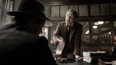 Szenenbild: Jude Law als Tom Wolfe aufgebracht am Schreibtisch seines Lektorss