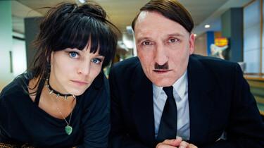 Szenenbild: Hitler und eine junge Dame schauen den Betrachter an