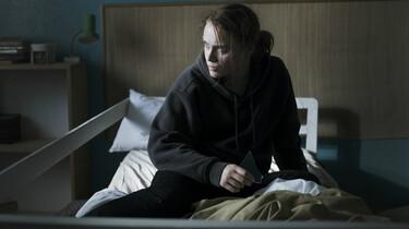 Szenenbild: Puppe sitzt auf einem unordentlichen Bett