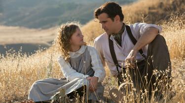 Szenenbild: P.L. Traver als Kind im Gespräch mit ihrem Vater auf einer Wiese